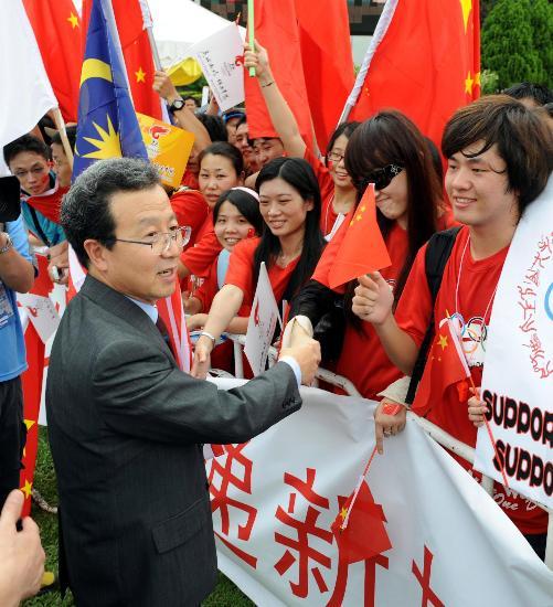 图文-北京奥运圣火在吉隆坡传递 大使与华人交流