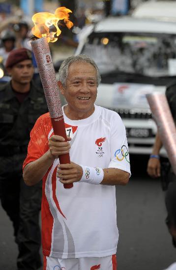 图文-北京奥运圣火在吉隆坡传递 付志成人老心不老