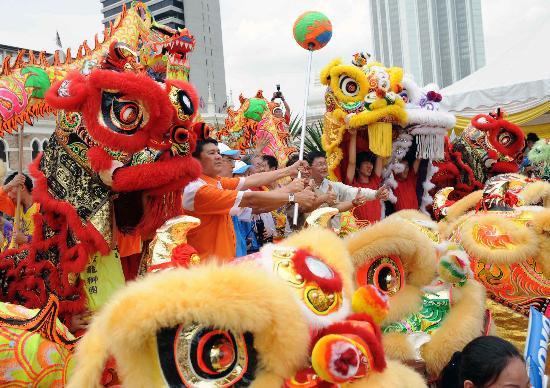 图文-北京奥运圣火在吉隆坡传递 华人舞起狮龙助兴