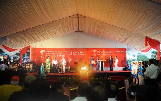 图文-北京奥运圣火在吉隆坡传递 传递结束举行庆典
