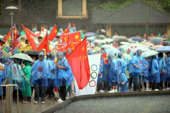图文-北京奥运圣火在吉隆坡传递 观众冒雨等待圣火