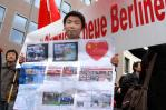 图文-全球华人护圣火柏林游行 华人小伙无声的抗议