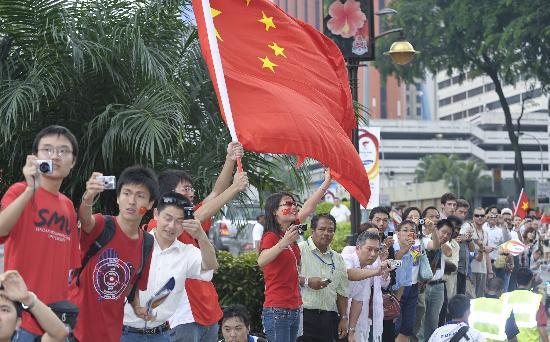 图文-奥运圣火在吉隆坡传递 人人相机在手拍祥云