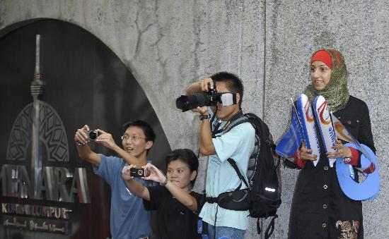 图文-奥运圣火在吉隆坡传递 专业相机酷感十足
