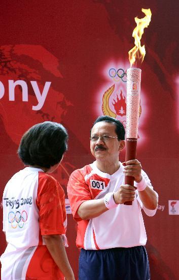 图文-奥运圣火在印尼雅加达传递 第一棒火炬手
