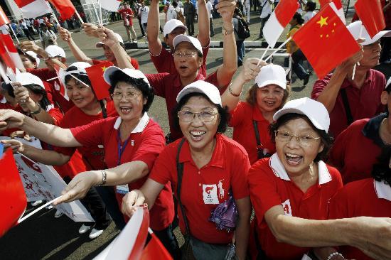 图文-奥运圣火在印尼雅加达传递 群众为圣火助威