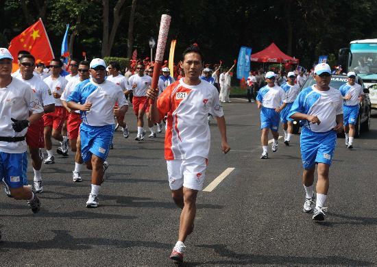 图文-奥运圣火在印尼雅加达传递 双打名将西吉特