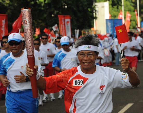 图文-北京奥运圣火在雅加达传递 火炬手多纳德