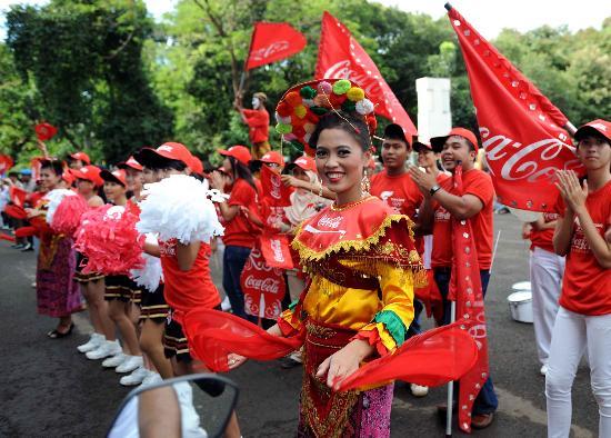 图文-奥运圣火在印尼雅加达传递 路边载歌载舞