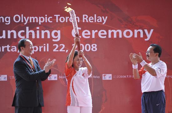 图文-奥运圣火在印尼雅加达传递 苏博沃高举火炬
