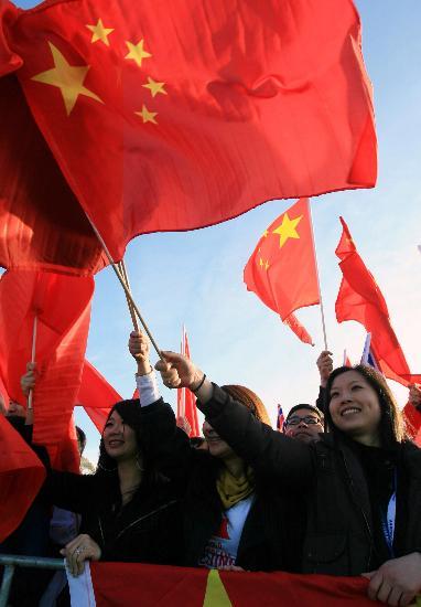 图文-北京奥运圣火在堪培拉传递 美女挥舞五星红旗