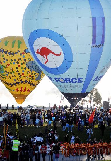 图文-北京奥运圣火在堪培拉传递 热气球来助阵