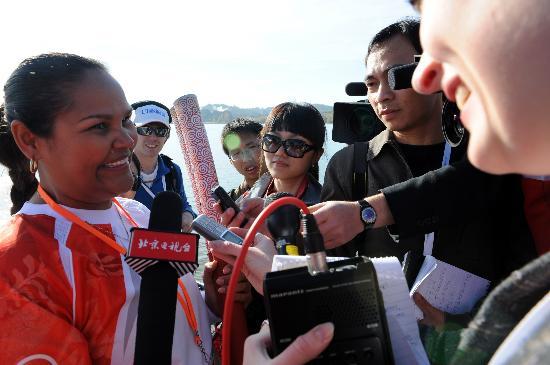 图文-北京奥运圣火在堪培拉传递 火炬手梅杰受采访