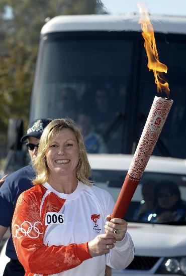 图文-奥运圣火在堪培拉传递 手捧祥云笑容满点