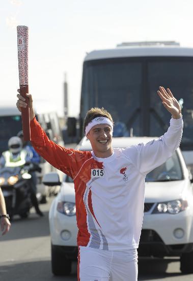 图文-奥运圣火在堪培拉传递 满脸笑容向观众致意