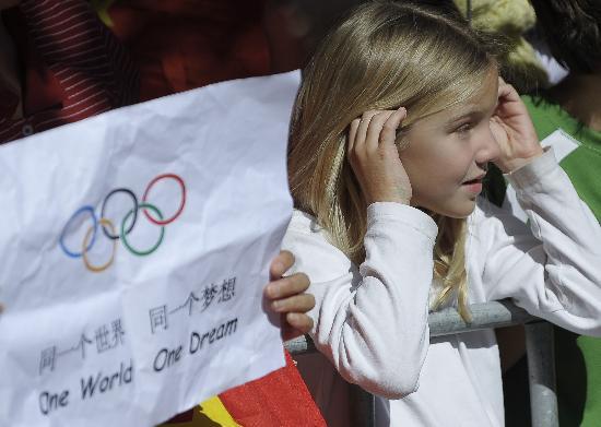 图文-北京奥运圣火在堪培拉传递 儿童观看圣火