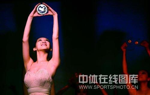 图文-奥运火炬接力纪念章在京亮相 中国在我心中
