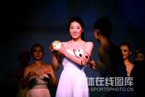 图文-奥运火炬接力纪念章在京亮相 蛙后美丽笑容