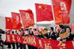 图文-奥运会圣火抵达日本东京 欢迎人群挥舞红旗