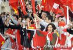 图文-在日华人声援圣火传递 热情舞动五星红旗