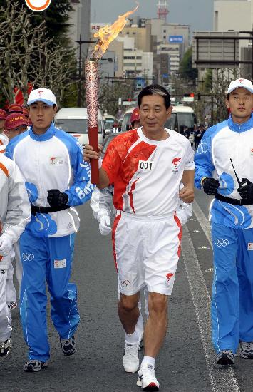 图文-北京奥运圣火在长野传递 日本棒球队主教练