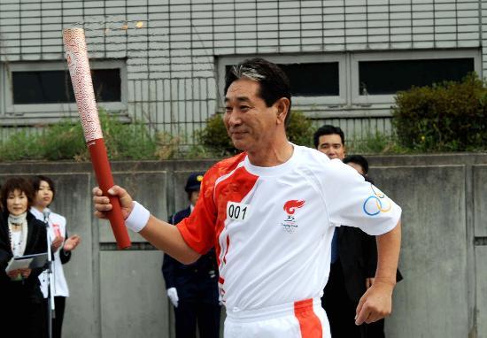 图文-北京奥运会火炬在长野传递 首棒火炬手传递