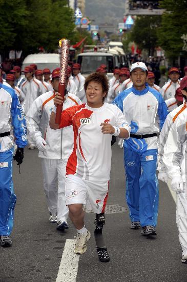 图文-北京奥运会火炬在长野传递 残疾运动员传递