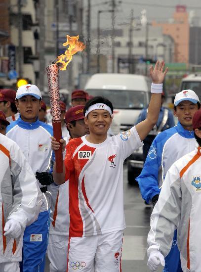 图文-奥运会火炬在长野传递 中国留学生代表传递