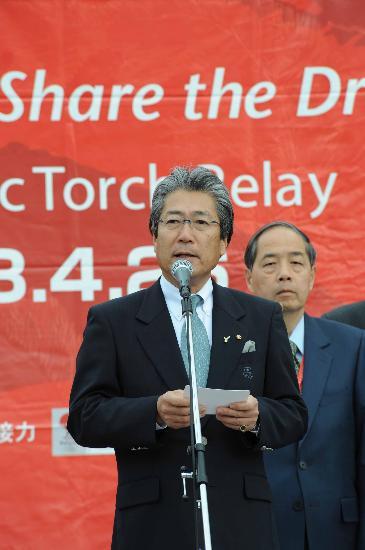 图文-北京奥运会火炬在长野传递 日本奥委会主席