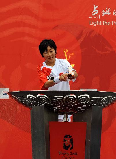 图文-北京奥运火炬在长野传递 野口瑞希点燃圣火盆