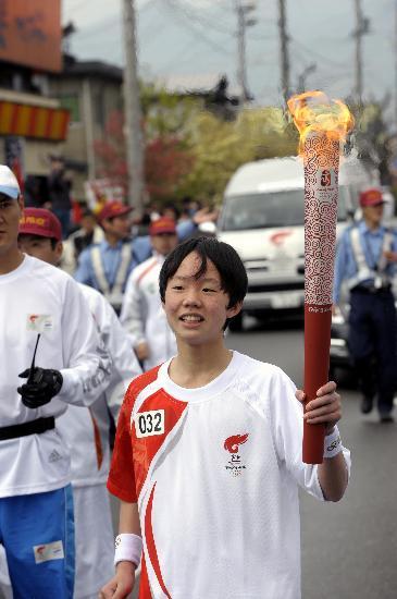 图文-北京奥运会火炬在长野传递 14岁火炬手近景