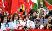 图文-北京奥运会火炬在长野传递 带着福娃观圣火