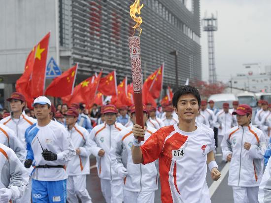 图文-北京奥运会火炬在长野传递 跑过红旗飘扬之地