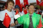 图文-奥运会火炬在长野传递 向中国留学生赠送礼物