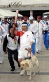 图文-奥运火炬在长野传递 火炬手由导盲犬引领传递