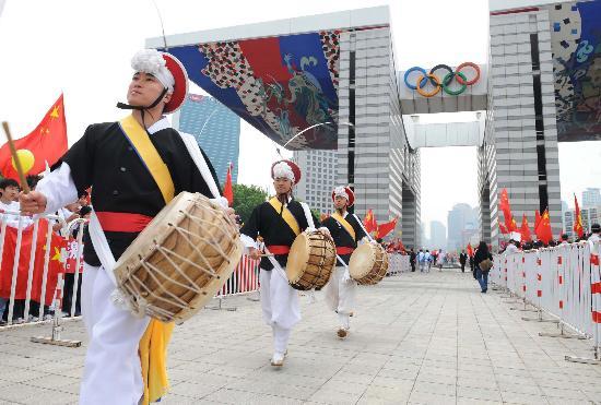 图文-北京奥运会圣火在首尔传递 活动现场的表演
