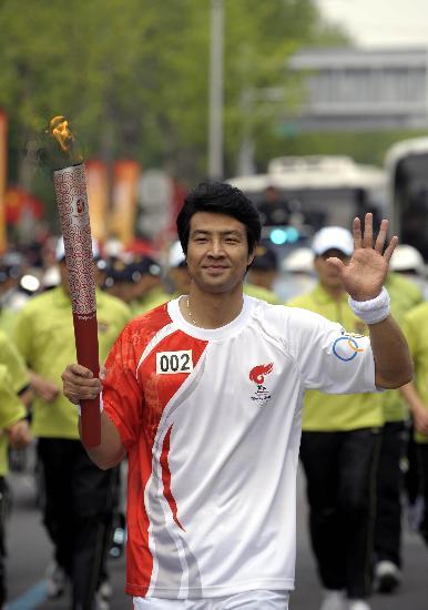 图文-北京奥运圣火在首尔传递 文大成手持火炬前进