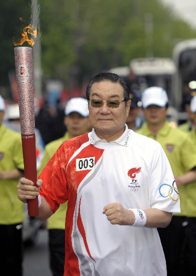 图文-北京奥运会圣火在首尔传递 李世基步履轻捷