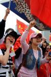 图文-北京奥运圣火在首尔传递 华人华侨为传递加油