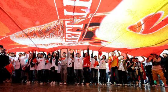 图文-北京奥运圣火在首尔传递 欢呼的华人华侨