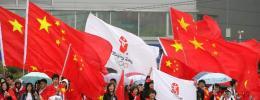 图文-北京奥运圣火在首尔传递 舞动的五星红旗