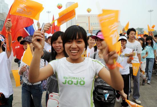 图文-南宁万人健步走为奥运加油 笑得怎么这么开心