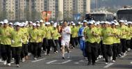 图文-北京奥运圣火在首尔传递 李义民手持火炬传递