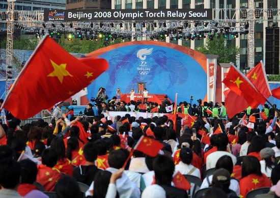 图文-北京奥运圣火在首尔传递 五星红旗飘扬会场