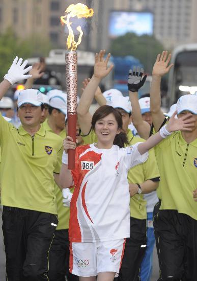 图文-北京奥运圣火在首尔传递 甜美张娜拉现身