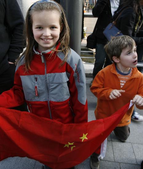 图文-北京奥运圣火在首尔传递 外国儿童也来共欢庆