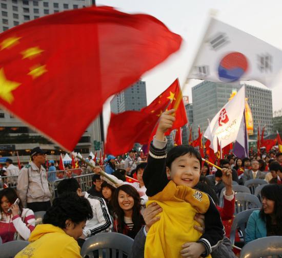 图文-北京奥运圣火在首尔传递 中韩人民激情万丈