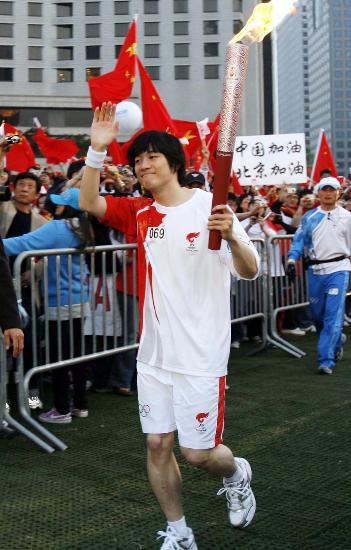 图文-北京奥运圣火在首尔传递 尹太雄现场引起骚动