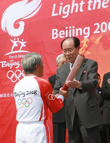 图文-北京奥运会圣火在平壤传递 朴斗益接过火炬