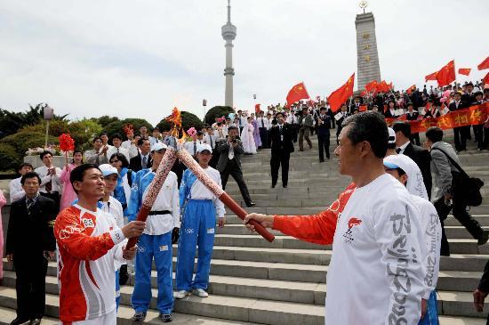 图文-北京奥运会火炬在平壤传递 在中朝友谊塔前